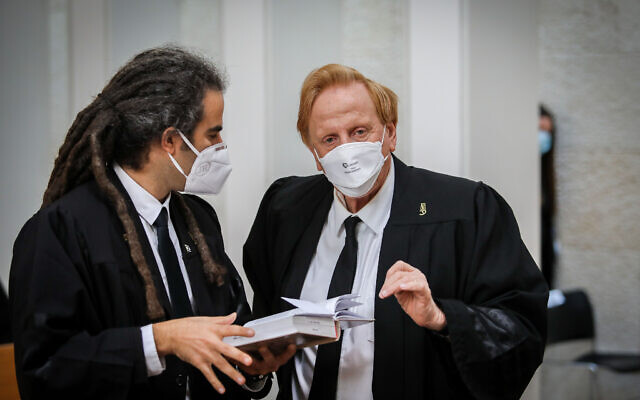 Le fondateur du Mouvement pour la qualité du gouvernement en Israël, Eliad Shraga (droite) attend que les juges de la Cour suprême entrant dans la pièce pour une audience sur le recours déposés contre l'accord de coalition, le 4 mai 2020. (Oren Ben Hakoon / POOL)