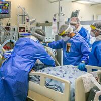 Du personnel médical dans une unité de soin du coronavirus à l'hôpital Ichilov de Tel Aviv, le 4 mai 2020. (Crédit : Yossi Aloni / Flash90)