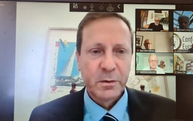 Le président de l'Agence juive Isaac Herzog discute sur les façons de répondre aux besoins des communautés juives dans le monde dans le contexte de la crise du coronavirus avec 30 responsables locaux d'organisations juives depuis son bureau à Jérusalem, le 26 mai 2020. (Crédit : Agence juive pour Israël)