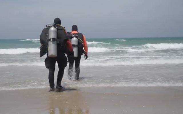 Capture d'écran d'une vidéo de plongeurs impliqués dans les recherches du danseur de ballet disparu Ayman Safiah, le 26 mai 2020. (Police israélienne)