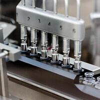 Des bouchons en caoutchouc sont placés sur des fioles remplies du médicament expérimental remdesivir au site de production de Gilead aux Etats-Unis, en mars 2020. (Gilead Sciences via AP)