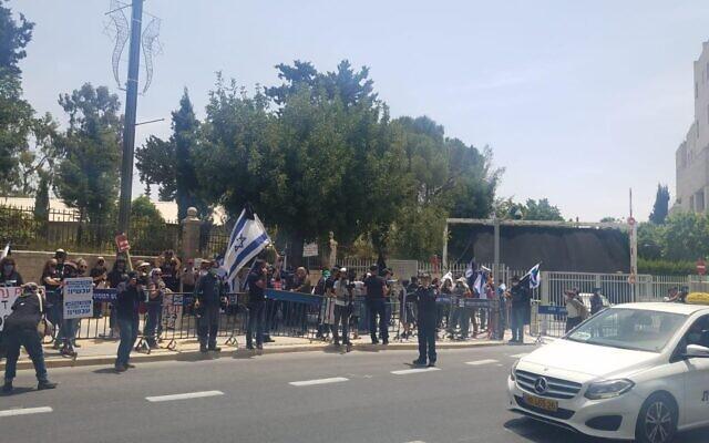 """Environ 200 manifestants du mouvement de protestation contre la corruption """"Drapeau noir"""" ont manifesté devant la résidence du Premier ministre à Jérusalem, le 3 mai 2020. (Autorisation)"""