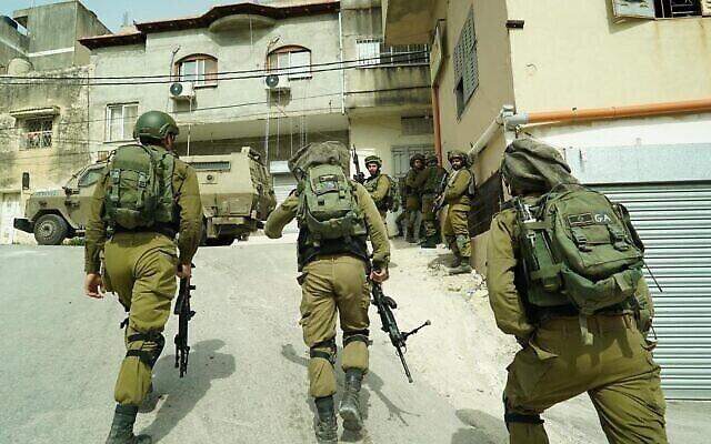 Des soldats israéliens cherchent l'individu qui a lancé une brique sur le sergent Amit Ben-Ygal, le tuant, dans la village cisjordanien d'Yabed, le 13 mai 2020. (Crédit : armée israélienne)