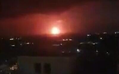 Capture d'écran d'une vidéo montrant du gaz naturel brûler sur la plateforme du Léviathan au large des côtes israéliennes, le 23 mai 2020. (Capture d'écran : Walla)