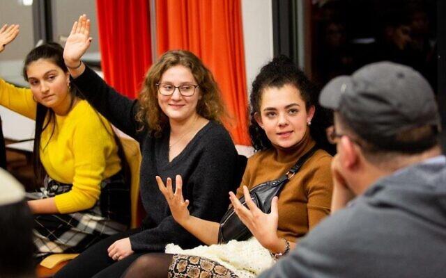 """Le projet """"Rencontre un Juif"""" fait venir des bénévoles juifs dans des salles de classe pour parler de leurs expériences.  (Crédit : Rencontre un Juif)"""