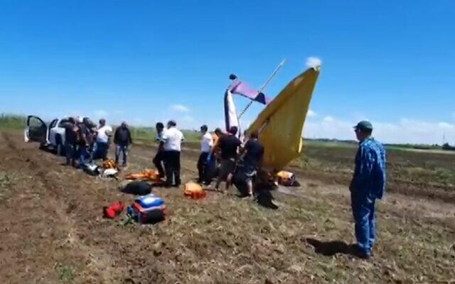 Un petit avion d'épandage s'est écrasé à proximité du Kibboutz Yakum, le 2 mai 2020. (Capture d'écran : Treizième chaîne)