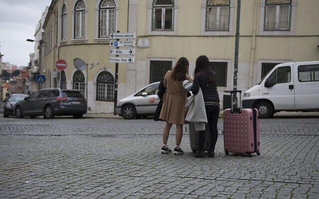 Deux femmes israéliennes arrivent à Lisbonne, au Portugal, le 15 février 2016. (Cnaan Liphshiz via JTA)