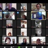 Des seniors participants à une visio-conférence Zoom dans le cadre d'un cours.