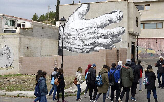 Un enseignant guide des étudiants dans la ville de Fanzara, à Valence, en Espagne, le 15 décembre 2016. (Jose Jordan/AFP via Getty Images)