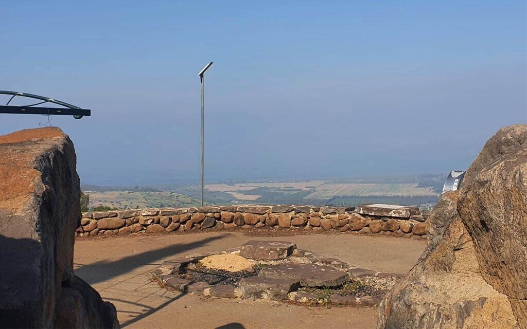 Le panorama de Beitsaida surplombe le nord du lac de Tibériade et la vallée luxuriante de Beitsaida Valley. (Crédit : Asaf Ben-Zvi)