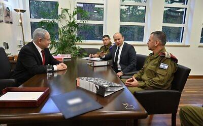 Le ministre de la Défense Naftali Bennett rencontre le Premier ministre Benjamin Netanyahu (à gauche), le chef d'état-major de Tsahal Aviv Kohavi (à droite) et le général de brigade Ofer Winter, secrétaire militaire du ministre de la Défense, le 12 novembre 2019. (Ariel Hermoni/Ministère de la Défense)