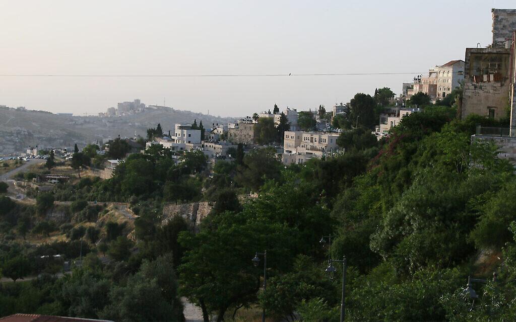 La ligne du téléphérique s'étend au-dessus de la vallée du Hinnom. (Shmuel Bar-am)