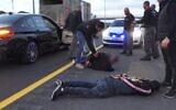 La police arrête des suspects dans le cadre d'une enquête d'un an sur le commerce illégal d'armes et de drogues, le 25 mai 2020 (Capture d'écran/police israélienne)
