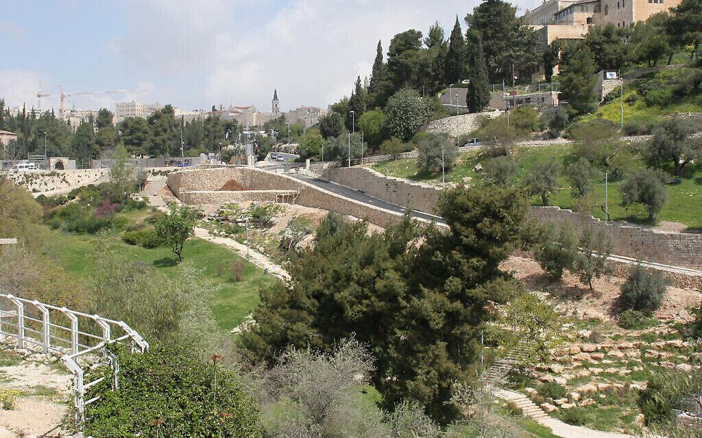 La vallée du Hinnom, entre Jérusalem-Ouest et le mont Sion, a partagé les forces de l'armée israélienne entre 1948 et 1967. (Shmuel Bar-Am)