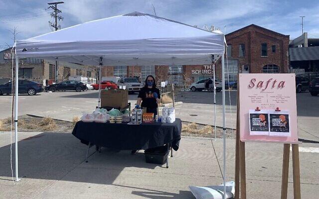 Les employés du restaurant Safta d'Alon Shaya à Denver ont dressé une table à l'extérieur avec de la nourriture que les employés licenciés ou en congé sans solde du restaurant peuvent récupérer. (Avec l'aimable autorisation de Pomegranate Hospitality)