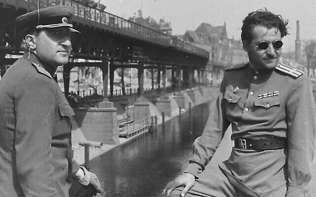 Le major général Matvey Weinrub, (à gauche), et l'écrivain Konstantin Simonov sur le pont Hallesche-Tor-Brücke au-dessus du canal de la Landver à Berlin, mai 1945. (Extrait de la collection du Musée juif et Centre de tolérance de Moscou)