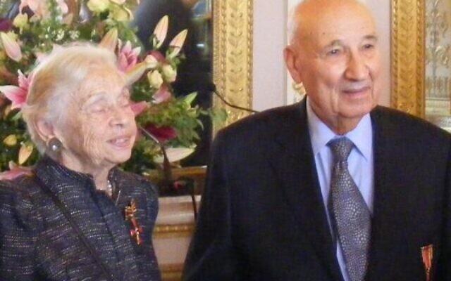 Liliane et Raphaël Esrail, décorés de la Croix du mérite de la RFA par l'ambassadrice de l'Allemagne à Paris au palais de Beauharnais, en 2013. (Crédit : cercleshoah.org)