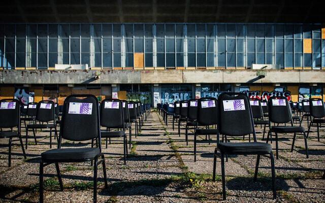 Des chaises avec de faux billets de banque à côté du Palais des concerts et des sports de Vilnius, en Lituanie, le 1er mai 2020. (Avec l'aimable autorisation des organisateurs de l'exposition, via JTA)