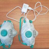 Deux masques modifiés par Yair Ein-Eli pour les rendre auto-nettoyants. (Crédit : Technion - Israel Institute of Technology)