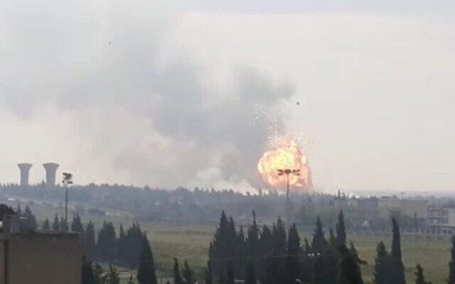 Une explosion est observée à la suite d'une présumée attaque israélienne contre une cache d'armes du Hezbollah près de Homs, dans le centre de la Syrie, le 1er mai 2020. (Capture d'écran : Twitter)
