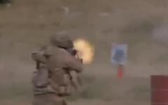 Un militant du Hezbollah tirant sur une cible portant une étoile de David bleue. (Capture d'écran)