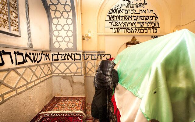 Des Juives iraniennes prient au tombeau d'Esther (Crédit : Shutterstock)