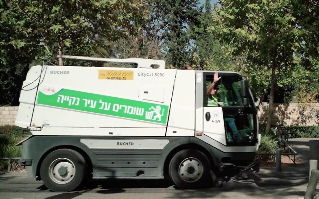 """Un camion assure le nettoyage des rues entre les quartiers Baka et de la Colonie Allemande. """"Garder la ville propre"""", est-il écrit sur le véhicule (Capture d'écran)"""