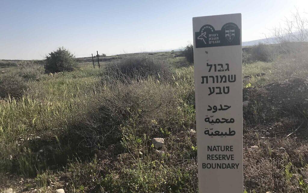 """La frontière de la """"réserve naturelle"""" déclinée en trois langues (Crédit : Amir Ben-David/ Zman Yisrael)"""