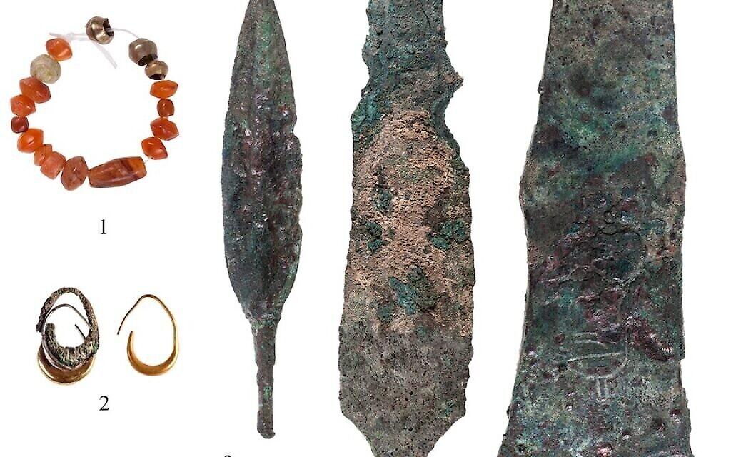 Armes et bijoux découverts dans un temple cananéen du XIIe siècle avant J.-C. à Lachish. (T. Rogovski)