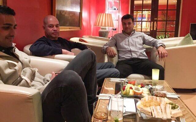 Yossi Herzog (au centre) et Yakov Cohen (à droite) sur une photo non-datée (Autorisation)
