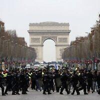 """La police anti-émeute française prend position devant des manifestants """"gilets jaunes"""" sur les Champs-Elysées, à Paris, le 15 décembre 2018. (Crédit : Valery Hache / AFP)"""