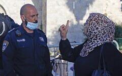 Une Palestinienne se querelle avec un membre des forces de sécurité israéliennes lors d'une manifestation organisée à la porte de Damas, dans la Vieille ville de Jérusalem, un lendemain de la mort d'Iyad Hala, un autiste palestinien abattu par les policiers, le 31 mai 2020 (Crédit : AHMAD GHARABLI / AFP)