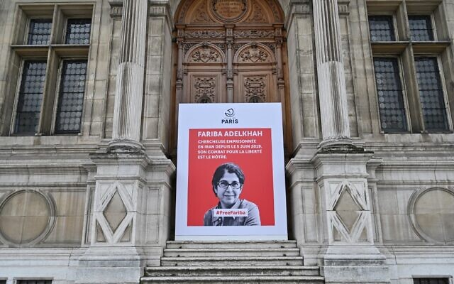 Une pancarte avec un portrait de l'universitaire franco-iranienne Fariba Adelkhah, emprisonnée en Iran, devant la mairie de Paris, le 5 juin 2020. (Crédit : BERTRAND GUAY / AFP)
