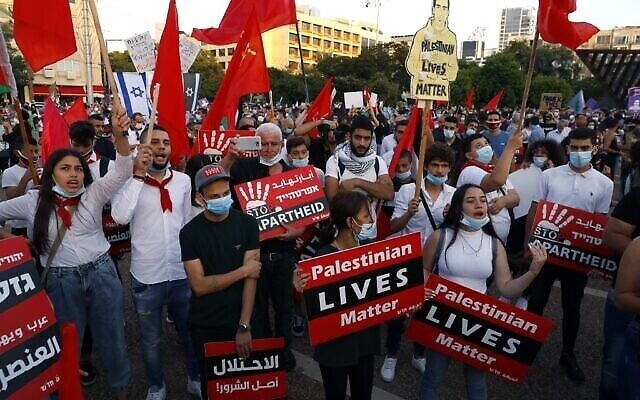 Des manifestants réunis sur la place Rabin, à Tel Aviv, contre le plan israélien d'annexion de la Cisjordanie. (Crédit : JACK GUEZ / AFP)