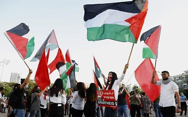 Des manifestants réunis sur la place Rabin, à Tel Aviv, contre le plan israélien d'annexion de la Cisjordanie (Crédit : JACK GUEZ / AFP)