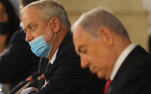 Le Premier ministre Benjamin Netanyahu (à droite) et le ministre de la Défense Benny Gantz lors du conseil de cabinet hebdomadaire à Jérusalem, le 7 juin 2020. (Menahem Kahana/AFP)