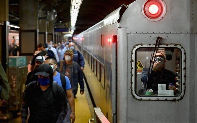 Des usagers du métro arrivent à Grand Central Station avec la ligne nord du métro pendant l'heure de pointe le 8 juin 2020 à New York. (Photo par Angela Weiss / AFP)