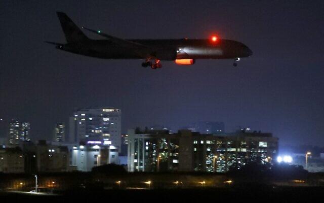 Un avion cargo de la compagnie Etihad Airways, transportant de l'aide médicale pour les Palestiniens concernant la maladie du coronavirus Covid-19, se prépare à atterrir à l'aéroport israélien Ben Gurion près de Tel-Aviv, le 9 juin 2020. (JACK GUEZ / AFP)
