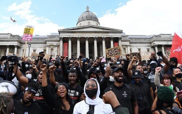 Des manifestants réunis en soutien au mouvement Black Lives Matter pour une manifestation à Trafalgar Sqaure dans le centre de Londres, le 13 juin 2020 (Crédit : DANIEL LEAL-OLIVAS / AFP)