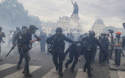 Des CRS lors d'un rassemblement contre la discrimination raciste et la violence policière, sur la place de la République à Paris, le 13 juin 2020. (Crédit : Thomas SAMSON / AFP)