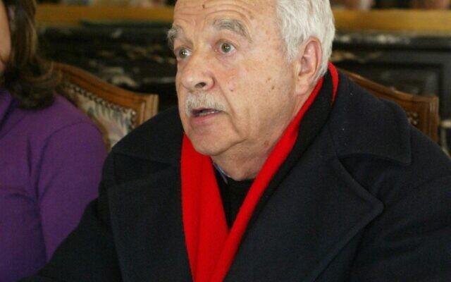 """Maurice Rajsfus, survivant de la Shoah, historien et activiste des droits de l'Homme, pendant la présentation de la liste """"Euro-Palestine"""" aux élections européennes, le 5 mai 2004 (Crédit :  Mehdi FEDOUACH / AFP)"""