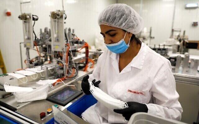 Une ouvrière de l'usine Sion Medical, la première ligne de production de masques N95 du pays, conçoit un masque, Sdérot, le 15 juin 2020. (Crédit : MENAHEM KAHANA/AFP)