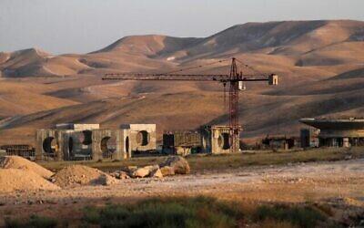 Bâtiments en construction à Mishor Adumim, une zone industrielle israélienne adjacente à l'implantation israélienne de Maale Adumim, en Cisjordanie, à l'est de Jérusalem, le 16 juin 2020. (Ahmad Gharabli/AFP)