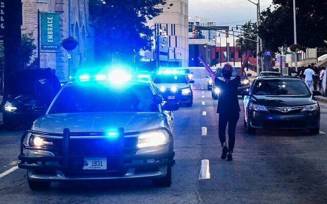 Une manifestante bloque la circulation devant le Georgia State Capitol lors d'une manifestation pour protester contre la mort de Rayshard Brooks. Il a été tué par la police sur le parking d'un restaurant à Atlanta, en Géorgie, le 17 juin 2020. (Photo par CHANDAN KHANNA / AFP)