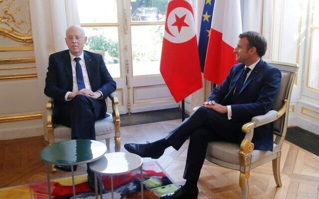 Le président français Emmanuel Macron reçoit le président tunisien Kais Saied, à l'Elysée, à Paris, le 22 juin 2020. (Crédit : CHARLES PLATIAU / POOL / AFP)