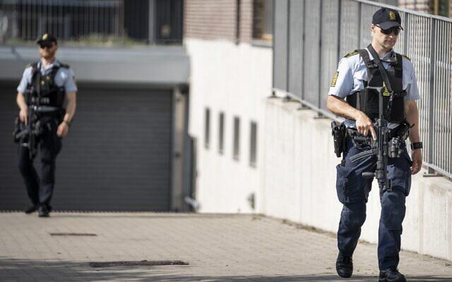 Cette photographie prise le 26 juin 2020 montre des policiers patrouillant devant le tribunal de Roskilde au Danemark qui doit rendre son verdict pour déterminer si un homme irano-norvégien est coupable d'avoir aidé les services de renseignements iraniens à assassiner un opposant iranien exilé dans la ville de Ringsted. (Photo par Mads Claus Rasmussen / Ritzau Scanpix / AFP)