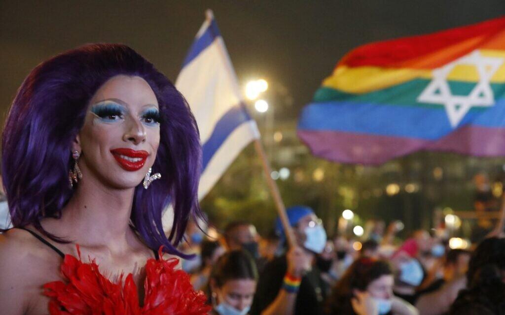 Une drag queen pose au défilé annuel de la fierté de Tel Aviv, le 28 juin 2020. (Crédit : JACK GUEZ / AFP)