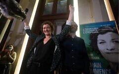 """Jeanne Barseghian, candidate à la mairie de Strasbourg pour la liste """"Strasbourg écologiste et citoyenne"""" du parti vert Europe Ecologie Les Verts, célèbre avec ses partisans sa victoire, le 28 juin 2020. (Crédit : PATRICK HERTZOG / AFP)"""