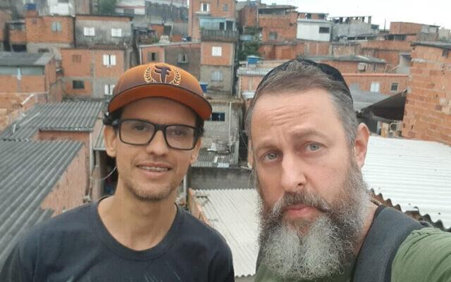 Le rabbin Gilberto Ventura, (à droite), et des bénévoles se préparent à envoyer des colis alimentaires à des habitants nécessiteux de Sao Paulo, au Brésil, le 27 mai 2020. (Avec l'aimable autorisation de Sinagoga sem Fronteiras/via JTA)