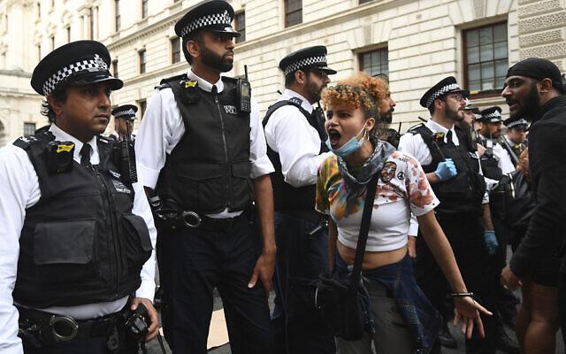 Des policiers forment une ligne pour bloquer les manifestants dans le centre de Londres, le mercredi 3 juin 2020, après une manifestation suite à la mort de George Floyd, un homme noir décédé après avoir été arrêté par des policiers de Minneapolis le 25 mai. (Crédit : Yui Mok / PA via AP)